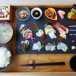 New Style - SASIMI 1,480円。 10種類の刺身+薬味。 ご飯・あら汁・小鉢3種・サラダ付きです。