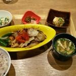 チャワン - 酢鶏です。小鉢も美味しいです。雑穀米から食べます。