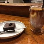 MonoArt coffee roasters - ブラウニー¥400とアイスカフェラテ。このコップ珍しい…!水滴がつかないやつ。かわいいフォルム。