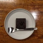 MonoArt coffee roasters - コーヒー豆、カリカリ。ブラウニー、小さいけど、スプーン入れるともったりしててとても濃厚。見た目によらず、満足度高し。