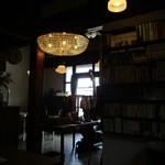 nico cafe - 大きなシャンデリアのある真ん中エリア
