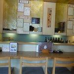 麺料理 ひら川 - テーブル席から見たカウンター