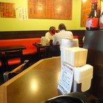 博多麺房 赤のれん - テーブル席