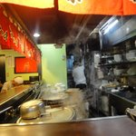 博多麺房 赤のれん - カウンター席とキッチン