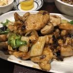 麺と酒菜の店 薫 - 鶏肉の黒豆ソース炒め