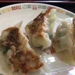 香蘭 - 焼き餃子570円、本当は6個なんだけど、3個食べてから写真を撮るの思い出したから3個の写真になっちまいました。だって美味そうなんだもの