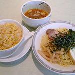 桃桃林 - 具だくさん冷やしつけ麺と鮭と高菜のチャーハンのランチ