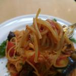パークサイドカフェ - サルシッチャと彩り野菜のトマトソース;麺はこんな感じ