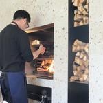 マルタ - シェフ、薪の前で料理