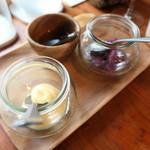 マルタ - パエリアの調味料(玉ねぎ酢漬け、ありおりソース、オリーブオイル)