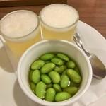 俺のフレンチ KAGURAZAKA - お通し ビールに見立てたトマトとコンソメスープ 枝豆