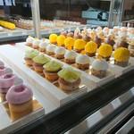 90816185 - 可愛らしいケーキが並んでいます