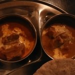 カルマ - スペシャルマハラジャ・ターリーでチョイスしたカレー  左:ラム  右:野菜