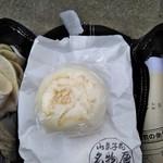 御菓子司 名物屋 - 料理写真:酒饅頭 あんこが赤い 108円