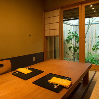 京の情緒を感じる一軒家で、坪庭を眺めながら美食のひと時を
