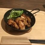 レストプラス ドッグラン&カフェ - 若鶏の唐揚げ(600円)。鉄鍋で出てきます。