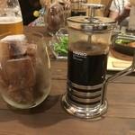 レストプラス ドッグラン&カフェ - セットのコーヒー。氷コーヒーにさらにコーヒーを注ぎ入れる!