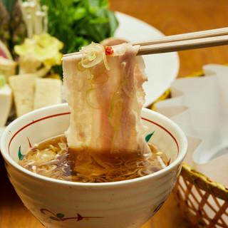 当店発祥、極上黒豚や近江牛を伝統の出汁で味わう出汁しゃぶ