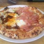 真鶴ピザ食堂KENNY - 生ハムをのせたフレッシュトマトのマルゲリータ&焼き豚とたけのこと卵のピザのハーフ&ハーフ(2018.7)