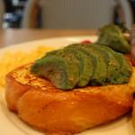 トースティーズ - アボカドの乗ったフレンチトースト