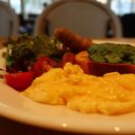 トースティーズ - スクランブルエッグ、ミニトマトとレタスミックスサラダ
