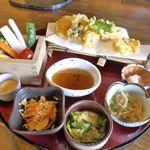 甲州ほうとう 完熟屋 - 注文した「野菜ほうとう天ぷらセット」1580円が目の前に登場!