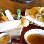 甲州ほうとう 完熟屋 - おかず、天ぷらともに野菜オンリーな一皿で、生野菜ステックはみずみずしさ満点!