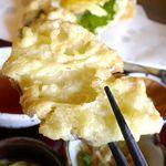 甲州ほうとう 完熟屋 - 天ぷらは衣サクサク、中の素材は水分がしっかりとのこった仕上がりで、ホクホク感満点なかぼちゃの天ぷらが特にうまし!