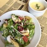 3diner - オムライスに付いてるサラダと冷製コーンスープ。