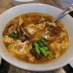 蓬莱閣 - 酸辣湯:まず胡椒が香り 香菜が鮮やかさを広げる 酸っぱ辛さは あくまでも優しく