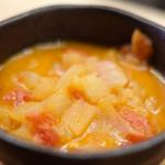 90854536 - 塩ハンバーガーセット 1000円 の具沢山の野菜スープ