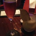 90861542 - 左:スパークリングワインとラズベリー                       右:ヨーグリーナパイン
