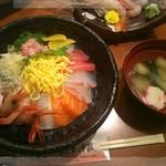 生け簀の甲羅 - 夏の海鮮丼セット/海鮮丼、海老のお刺身2種、味噌汁、漬物