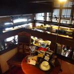 アートカフェ エレバート - 2階階段踊り場から1階をのぞむ