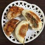 小麦と酵母 満 - チーズタッカルビ(左)ときんぴらごぼうのパン