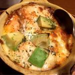 90874545 - アボカドとサーモンのチーズ焼き