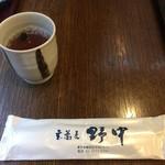 玄蕎麦 野中 - お茶には黒豆が入っていて香ばしいです