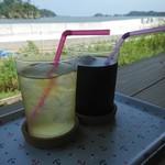 モラモラカフェ - ドリンク写真:アイスコーヒー&桃さんぴん茶