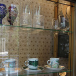 90878713 - 江戸切子のグラスや洒落たカップが並びます