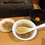 札幌軒 - まずはスープともやし、生卵