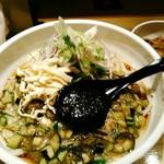 らー油肉つけうどんの南哲 - 料理写真:夏の果野菜と薬味爆弾の超さっぱりうどん 饂飩600gの大盛なら1000円(税込)