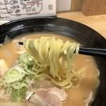 たちばな - とん汁ラーメン 麺箸上げ