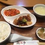 Kagurazakaryuukoutei - 日替わりランチ1,000円 主菜2種、白飯(おかわり自由)、ザーサイ、本日のスープ、中国茶