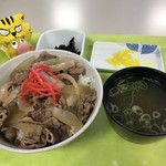 姫路警察署 署員食堂 厨房「アントレ」 - 牛丼500円(税込) ※小鉢2個、味噌汁付き