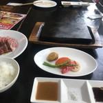 やっぱり肉が好き - 熱々の溶岩の板と付け合わせとタレ