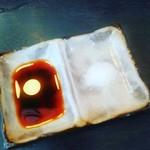 うなぎ お㚙川 - 白焼き用の醤油&塩。