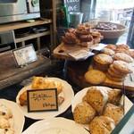 ピースフラワーマーケット&カフェ - 焼き菓子ディスプレイ。