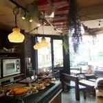 ピースフラワーマーケット&カフェ - 天井にサーフボード。