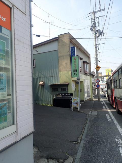 ねこカフェ 猫八 - 奥に本八戸駅が見えて、すぐです。