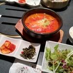 90940741 - ユッケジャン、韓国惣菜やサラダ、ライスなどのセット